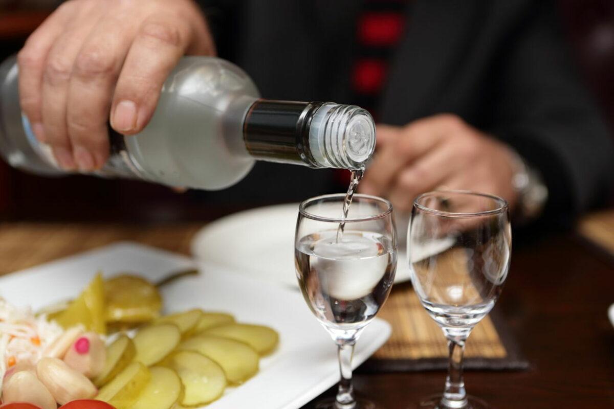 Пьяный житель Тверской области принял собутыльника за вора и вооружился ножом