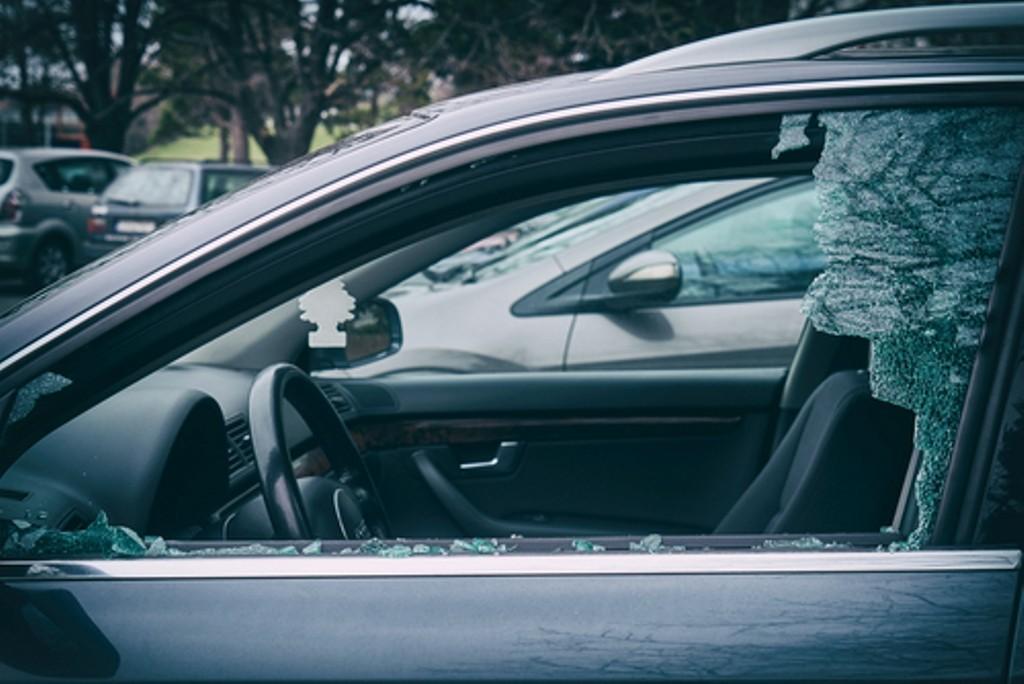 Ради магнитолы и ключей рецидивист разбил окно машины в Тверской области