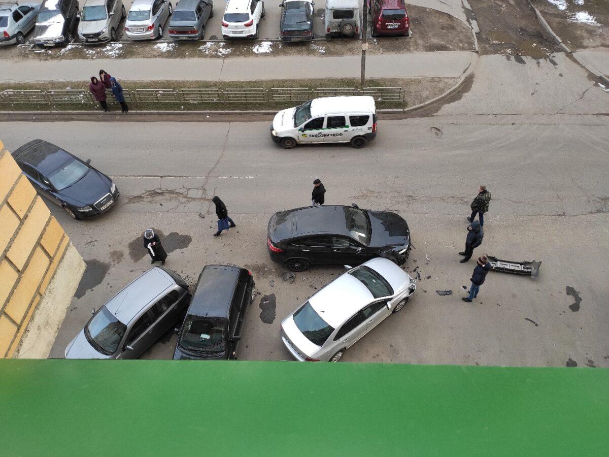 Четыре автомобиля оказались повреждены в ДТП на парковке в Твери