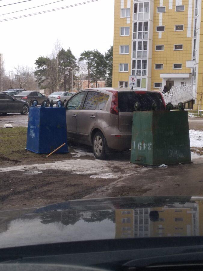 В Твери машину взяли в заложники мусорные баки