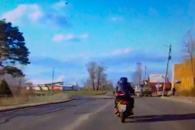 Опубликовано видео, как пьяный мотоциклист пытался уйти от погони в Тверской области
