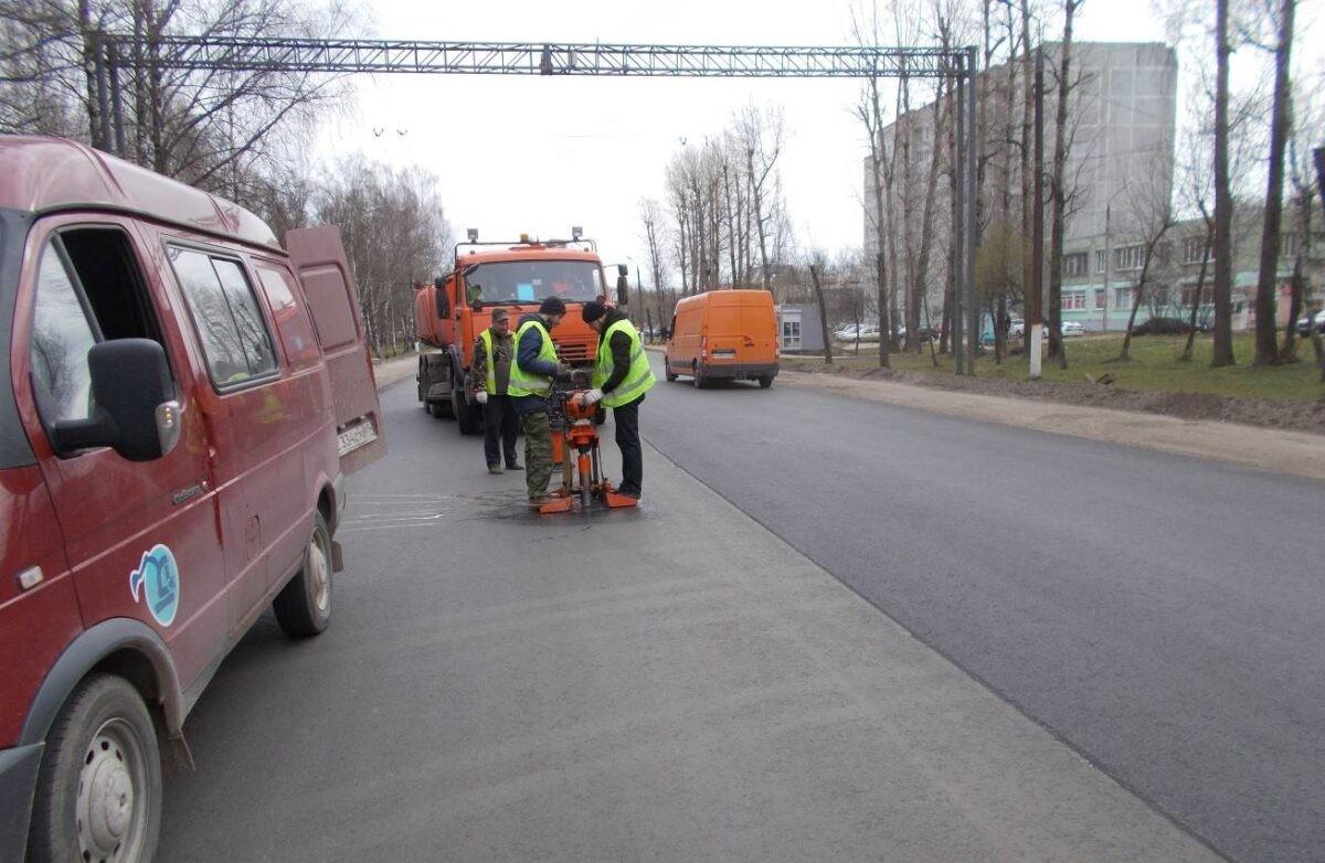 На новом покрытии Московского шоссе в Твери нашли брак