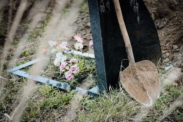 В Тверской области пьяный мужчина осквернил могилу своего должника