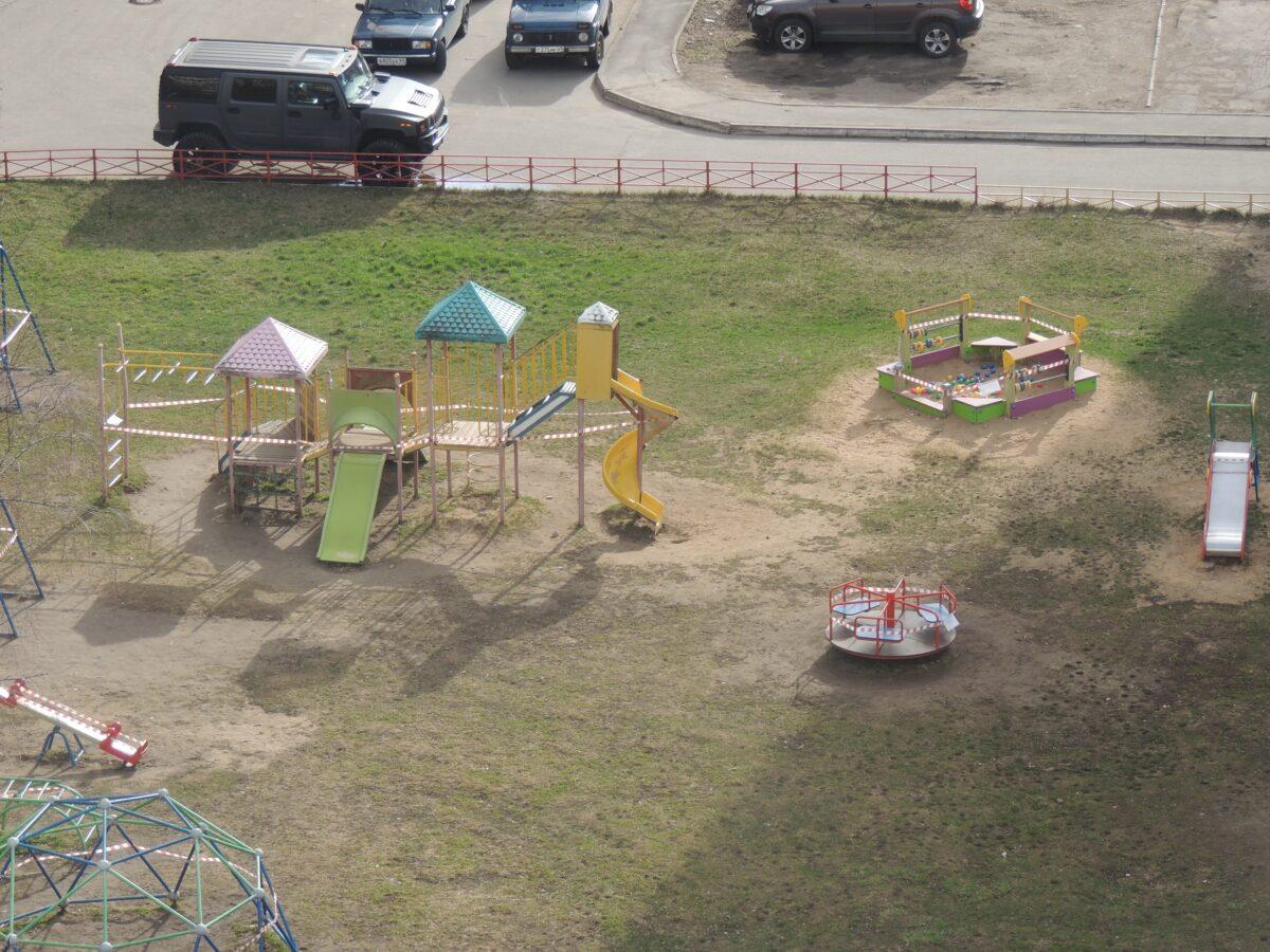 В Твери закрыли все детские площадки и огородили их лентами