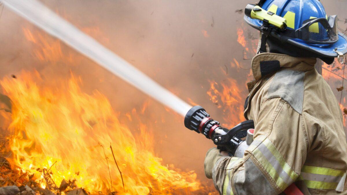 Тверской спасатель показал работу на пожаре от первого лица