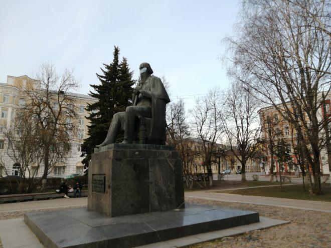 В Твери Салтыков-Щедрин на всякий случай надел маску