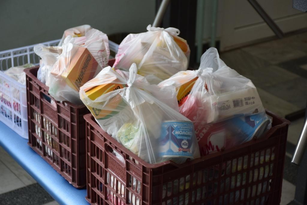 Школьникам Твери и области начали выдавать бесплатные продуктовые наборы