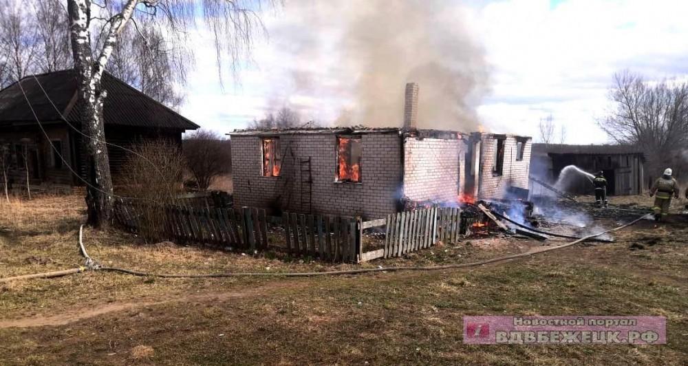 В Тверской области сгорел кирпичный деревенский дом