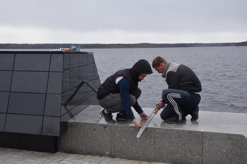 На мемориале «Ксты» в Тверской области уложили новые плиты взамен расколотых