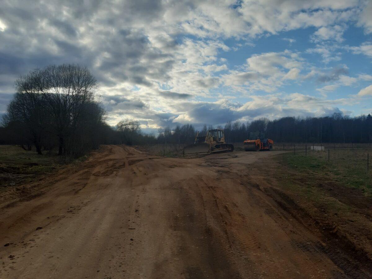 В Тверской области ремонтируют дорогу к деревне, где живет одна бабушка