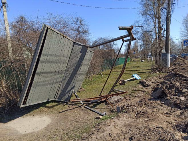 В Твери из-за ремонта дороги сломали остановочный павильон