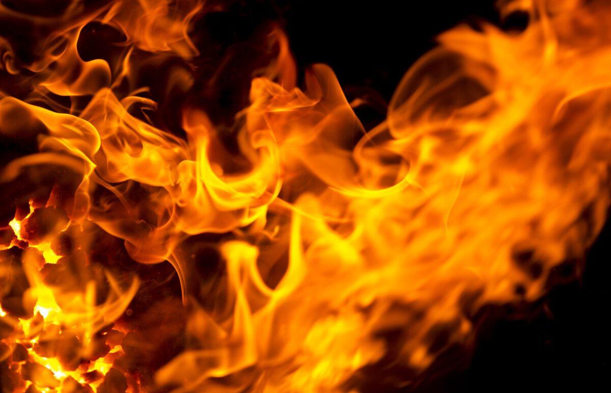 Ночью в Тверской области больше 30 человек тушили пожар