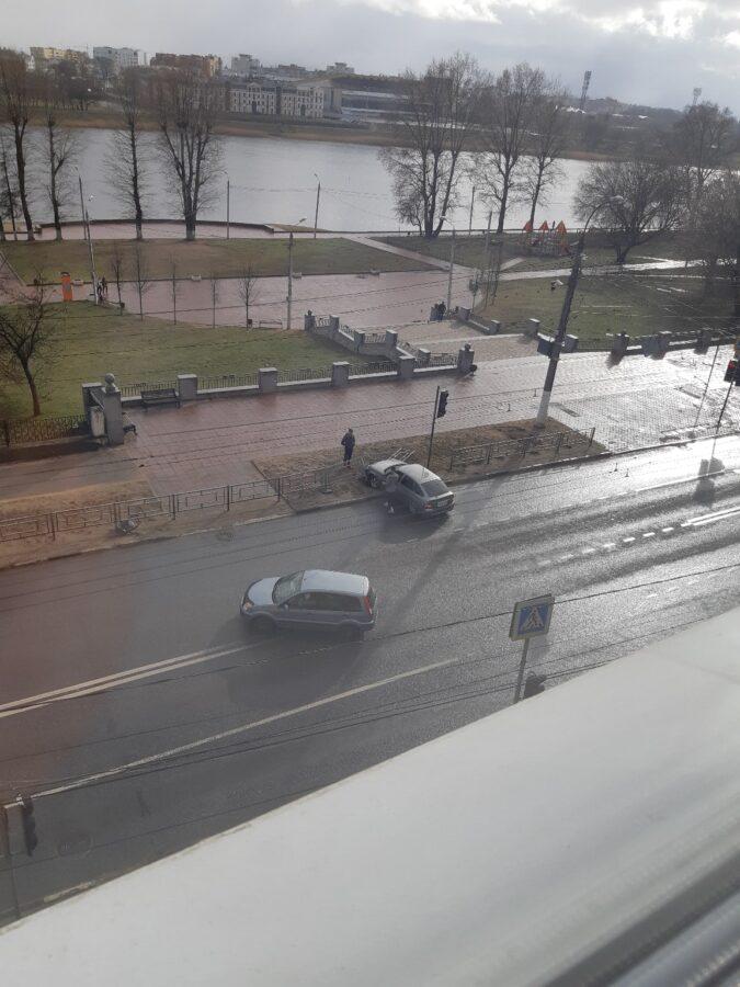 В Твери водитель протаранил дорожное ограждение и скрылся