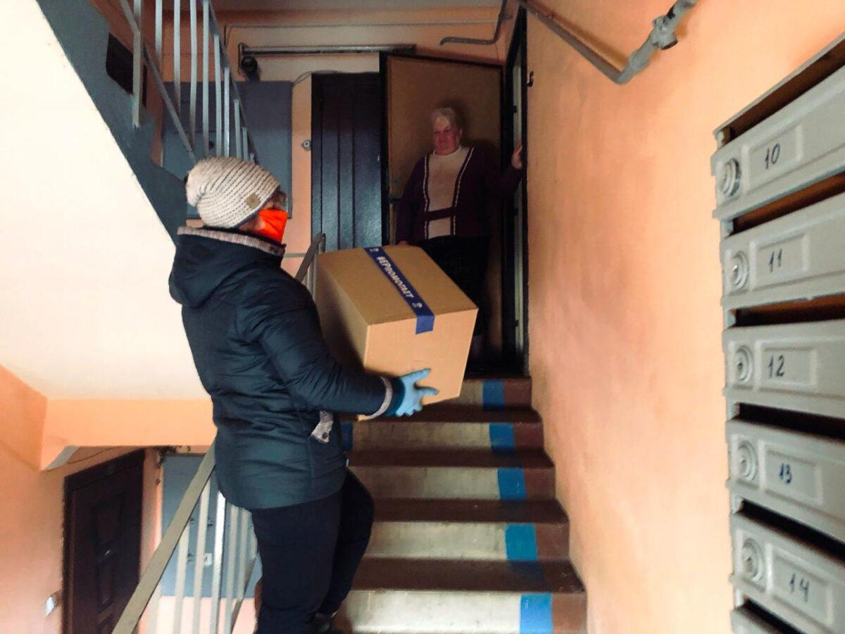 В Тверской области волонтеры продолжают привозить продукты пожилым людям