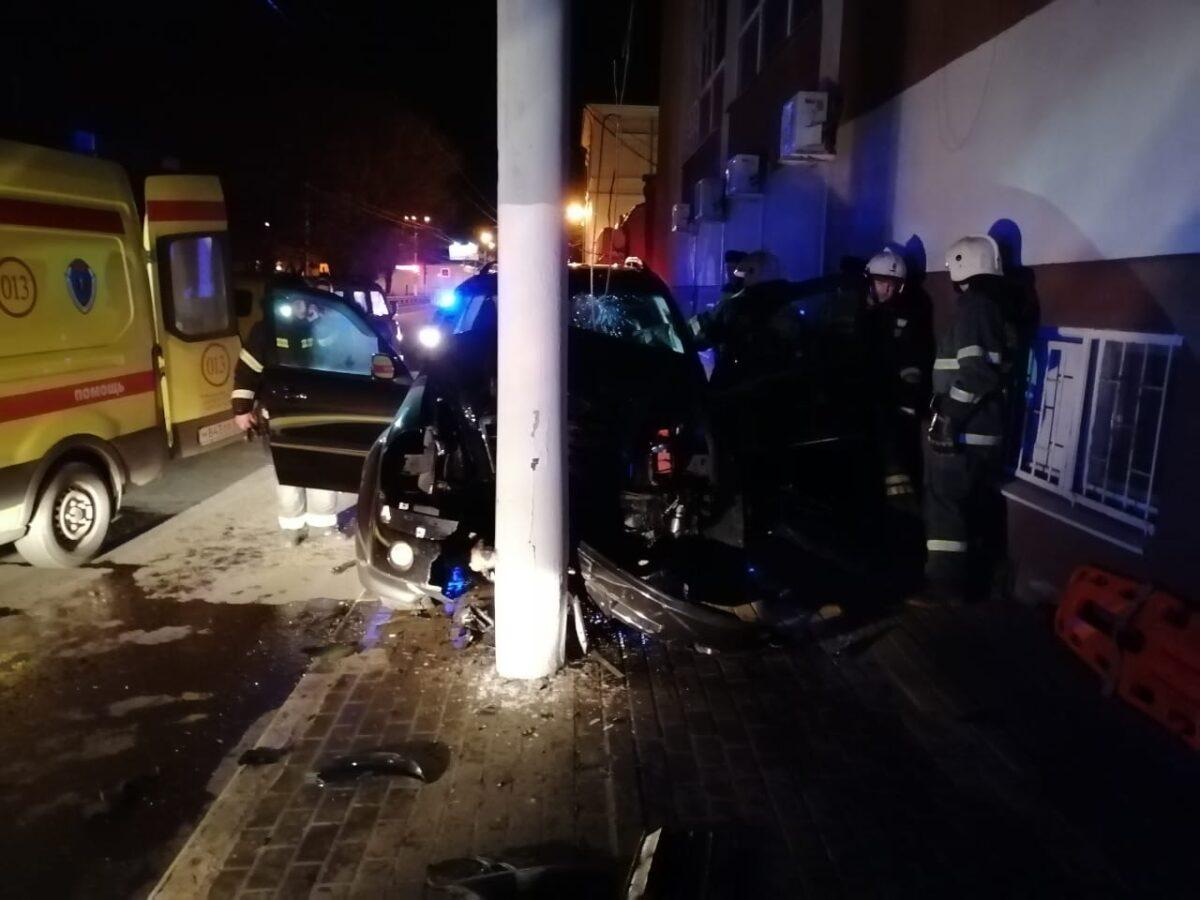 Ночью в Твери пьяный водитель врезался в столб