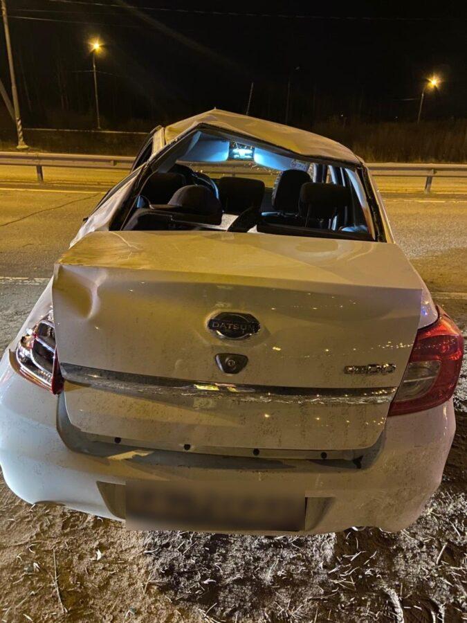 На дороге в Тверской области опрокинулась легковушка, есть пострадавшие