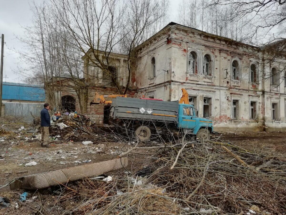В Тверской области от церкви вывезли 8 машин мусора