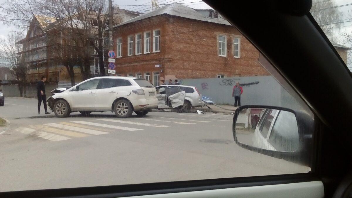 В Твери на улице Брагина столкнулись две легковушки