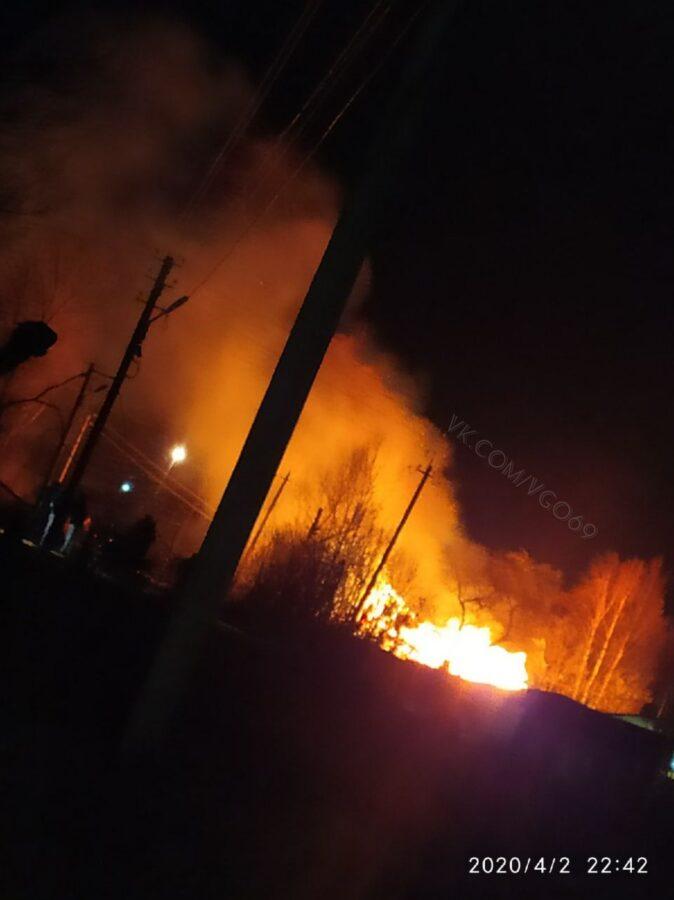 В Вышнем Волочке ночью вспыхнул пожар, есть погибшие