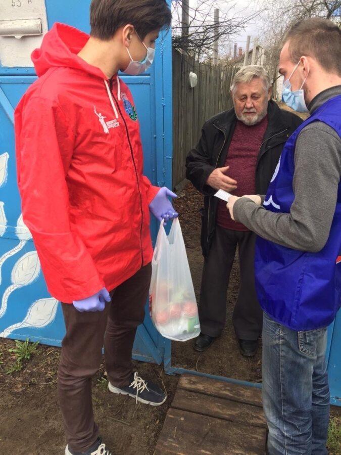 Тверские волонтеры доставили продукты еще трем пенсионерам