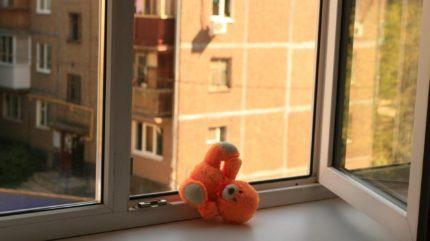 В Бежецке Тверской области маленькая девочка выпала из окна