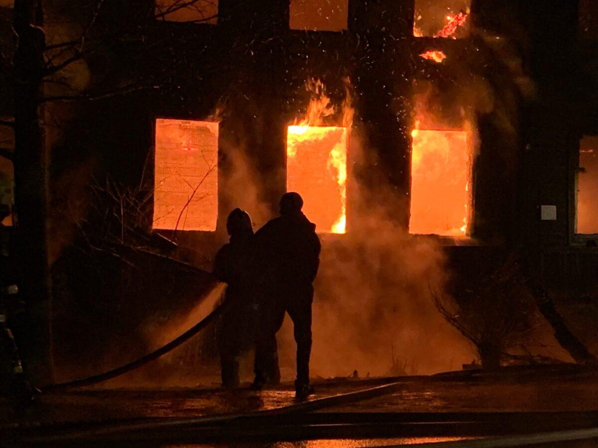 В Тверской области сгорел двухэтажный деревянный дом