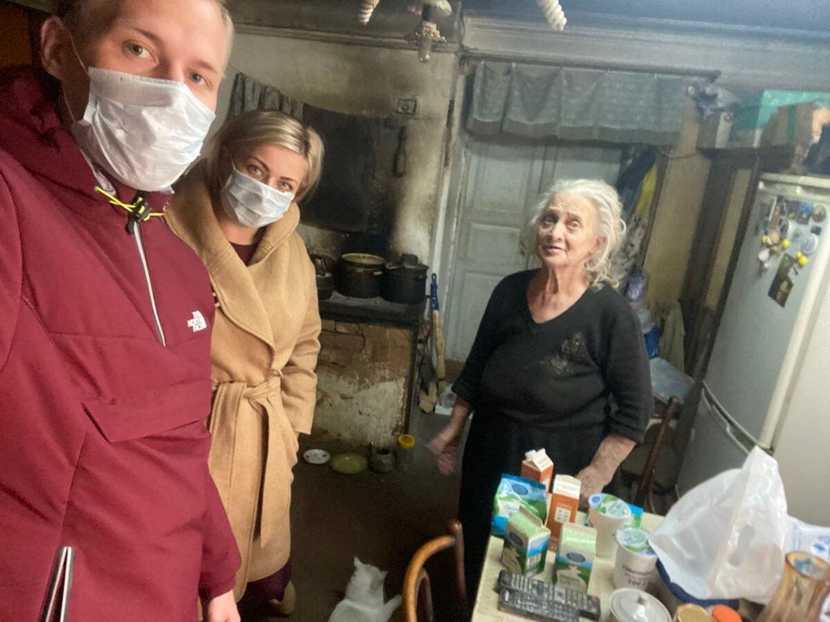 Волонтеры приносят одиноким пенсионерам Тверской области бесплатные продукты