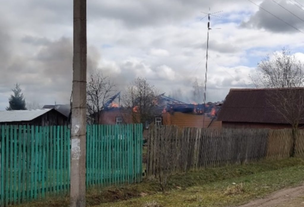 Опубликовано видео с пожара в деревне Юренево Тверской области