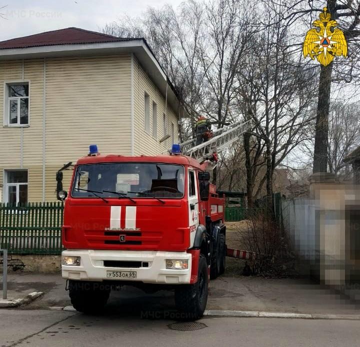 Спасатели убрали ветки, упавшие на крышу тверского детского сада