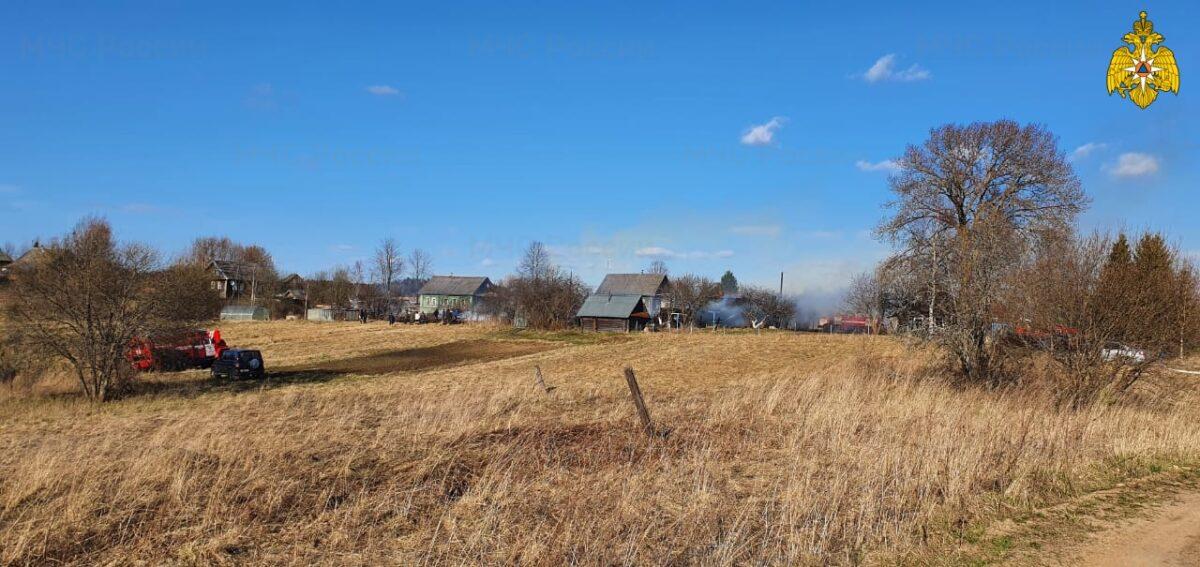 В деревне Тверской области загорелись несколько строений