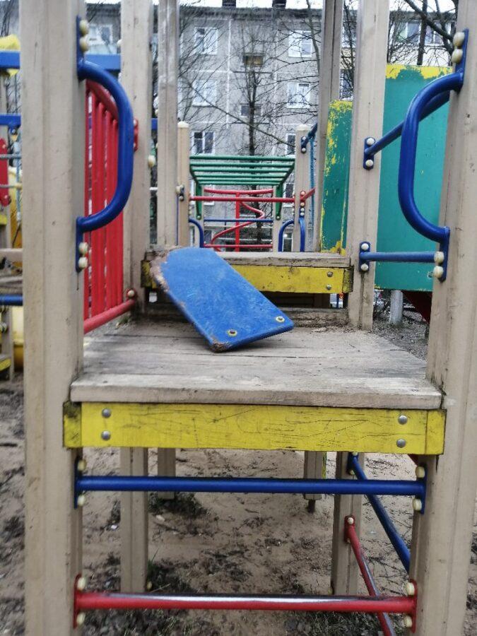 Тверские подростки ломают детские площадки