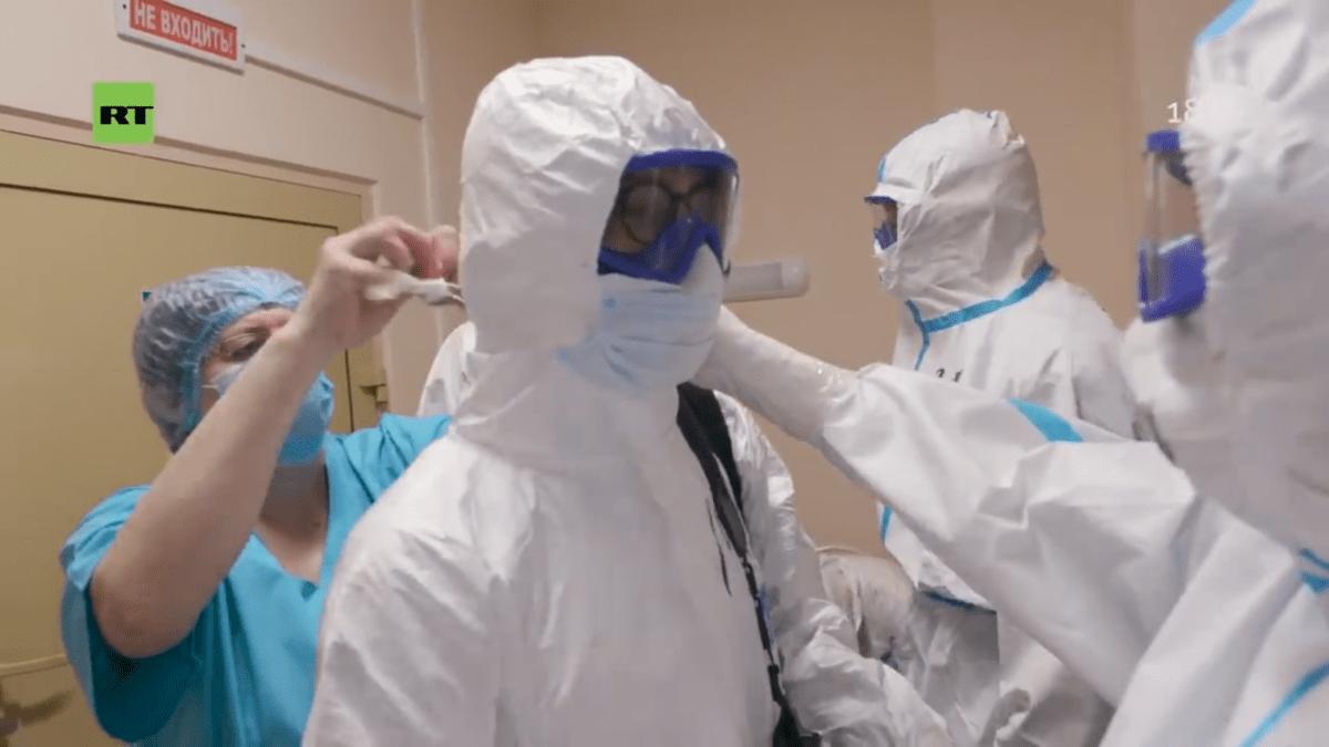 Журналистам RT в тверской больнице показали, как правильно надевать защитный костюм