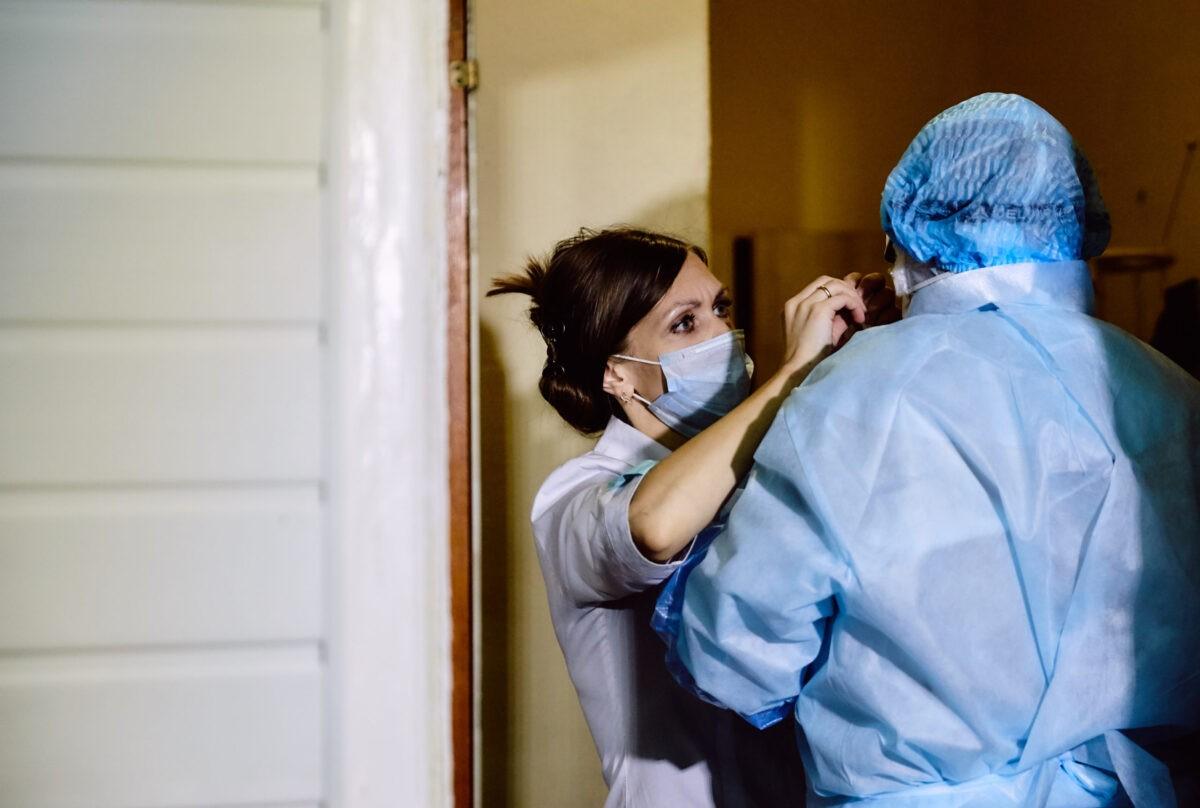 Медики Тверской области получат двухмесячный запас защитных костюмов и респираторов