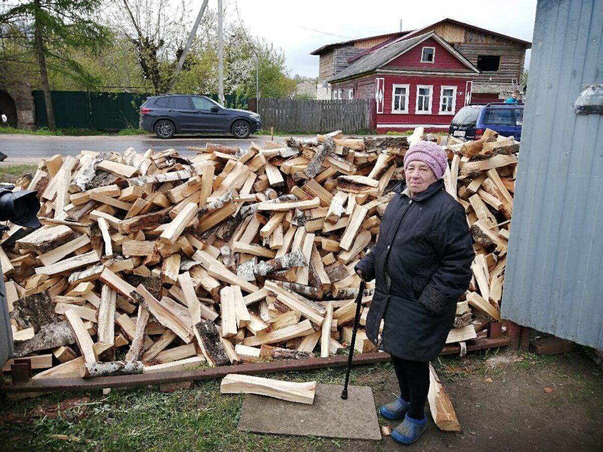Волонтеры Тверской области стали привозить пенсионерам вдвое больше дров