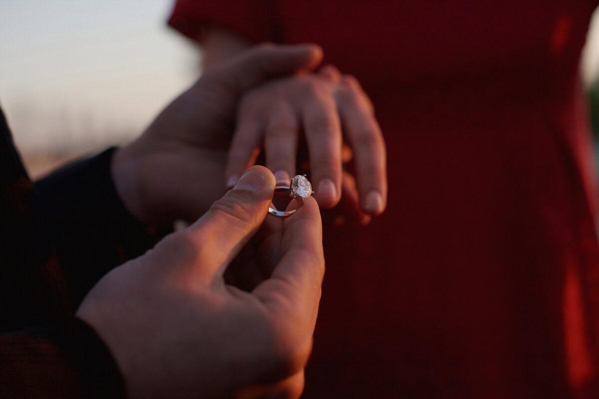Опубликовано видео, как жених сделал предложение на улице в центре Твери