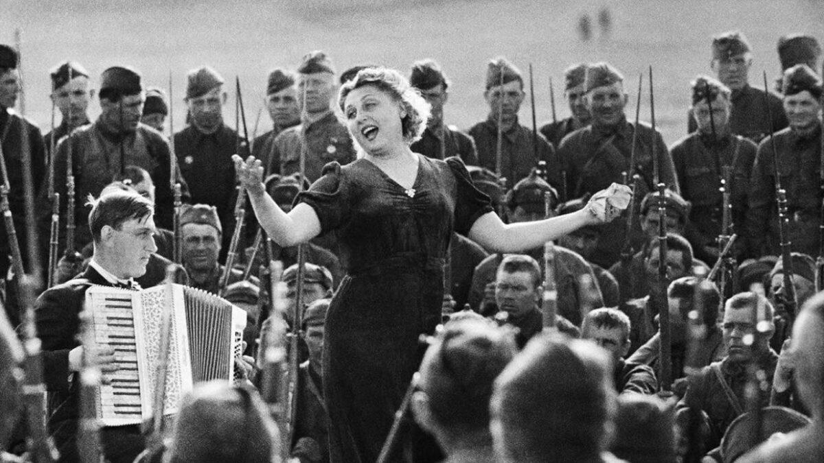 Для жителей Тверской области подготовили лучшие записи концертов и военных песен