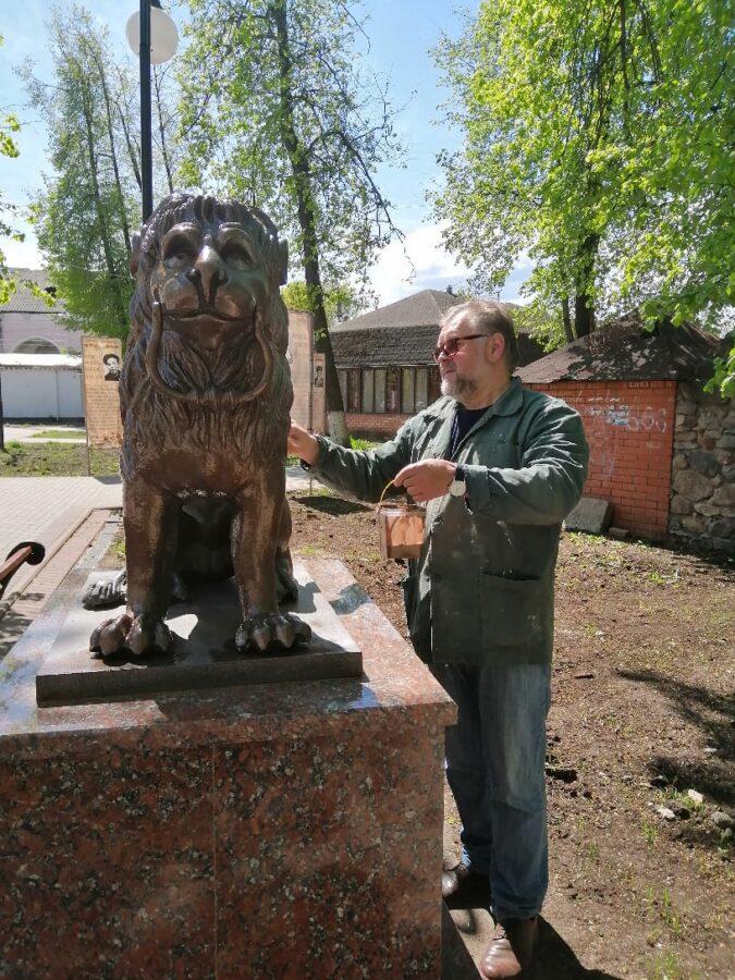 В Тверской области львов покрасили и защитили от коррозии