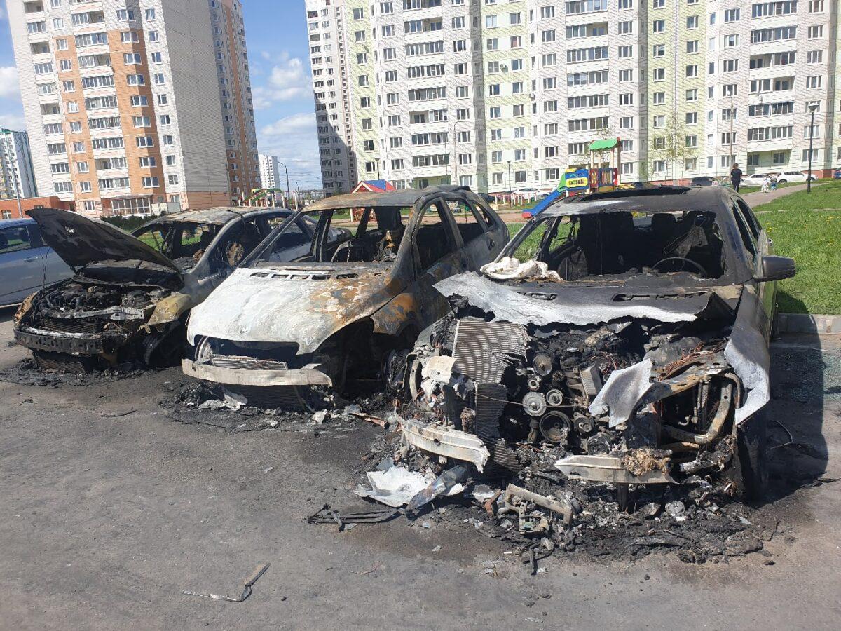 Опубликовано видео, как в Твери тушили три  горевшие машины