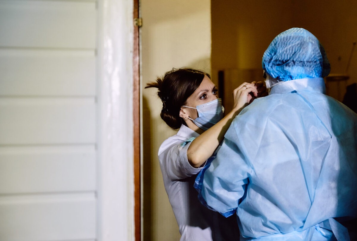 Больницам Тверской области передадут еще 90 тысяч масок, халатов и респираторов