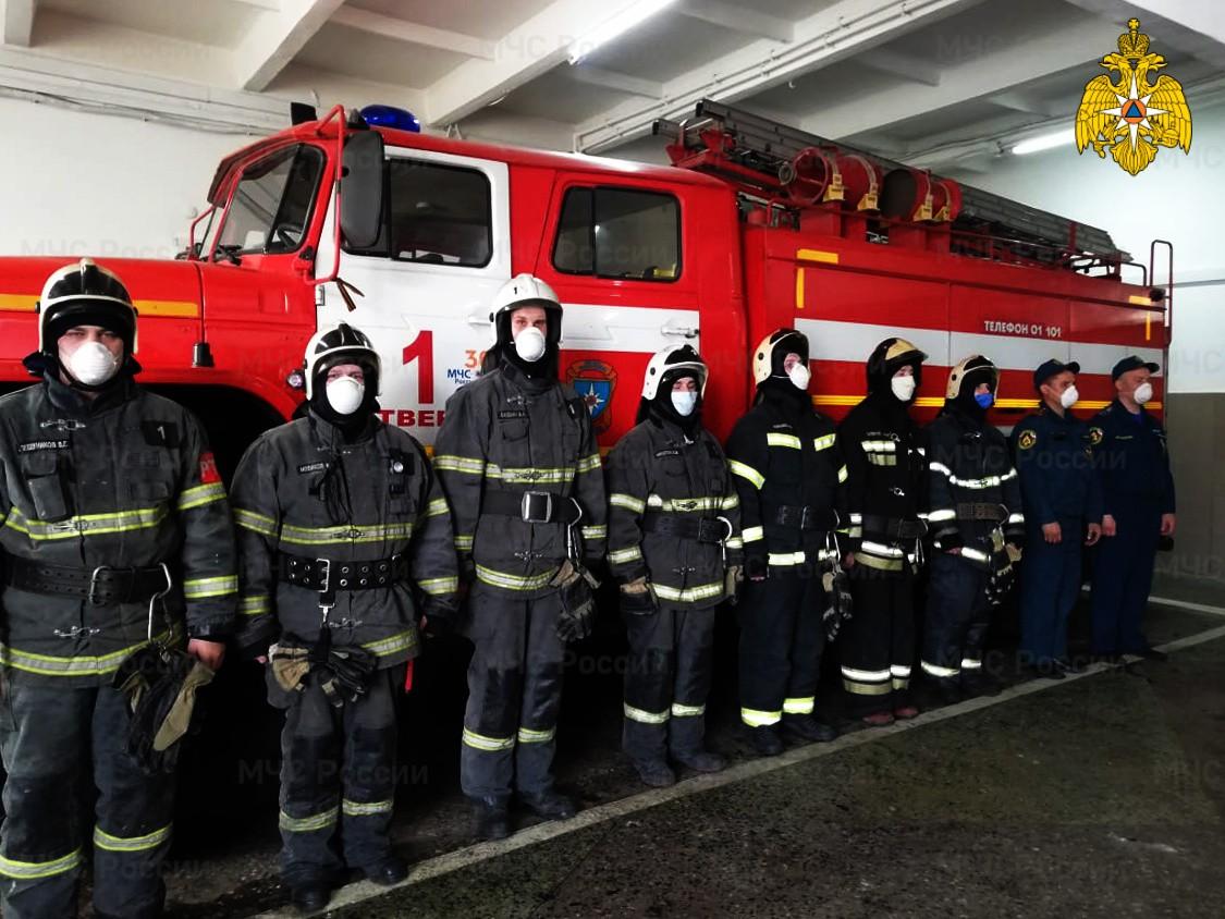 Тверские пожарные спасли пожилого мужчину, запертого в горящей квартире