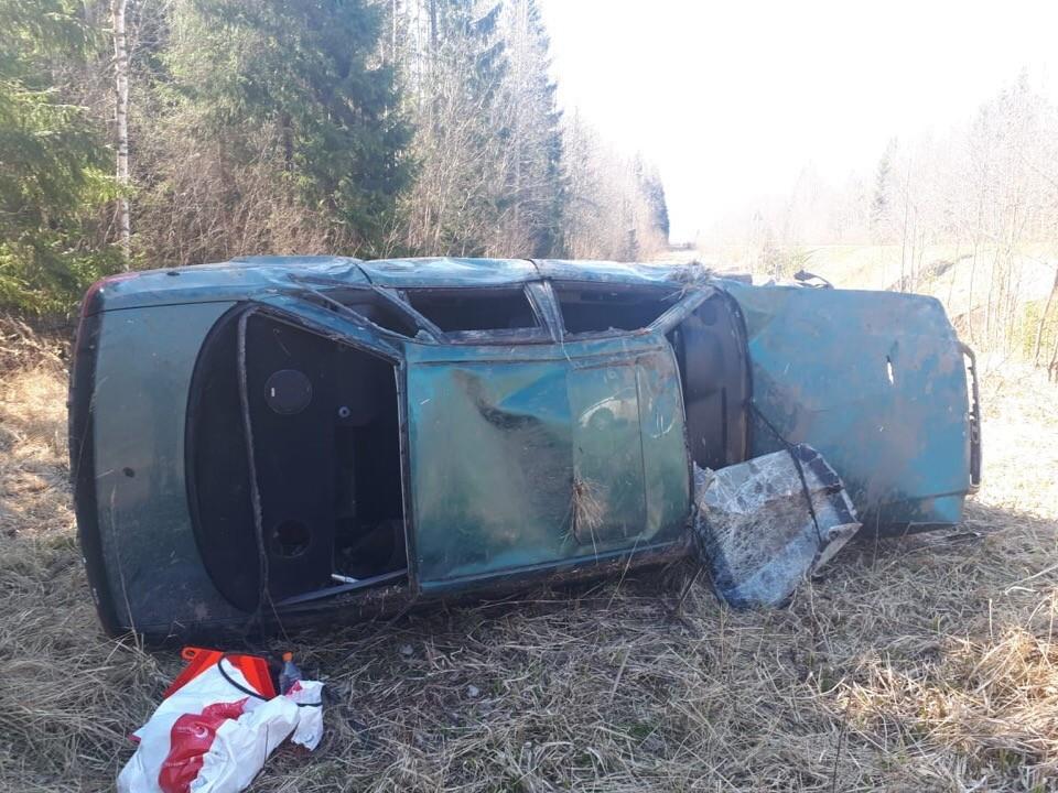В Тверской области перевернулся автомобиль