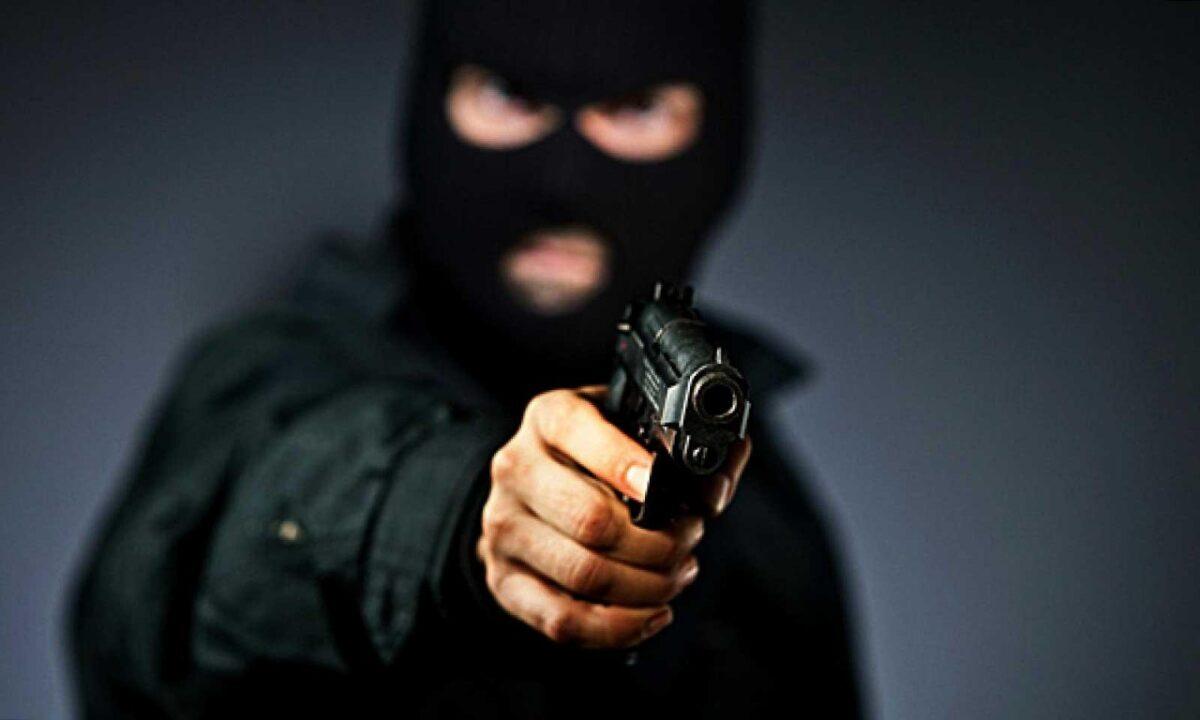 В Твери полицейские задержали человека в маске, грабившего  магазины