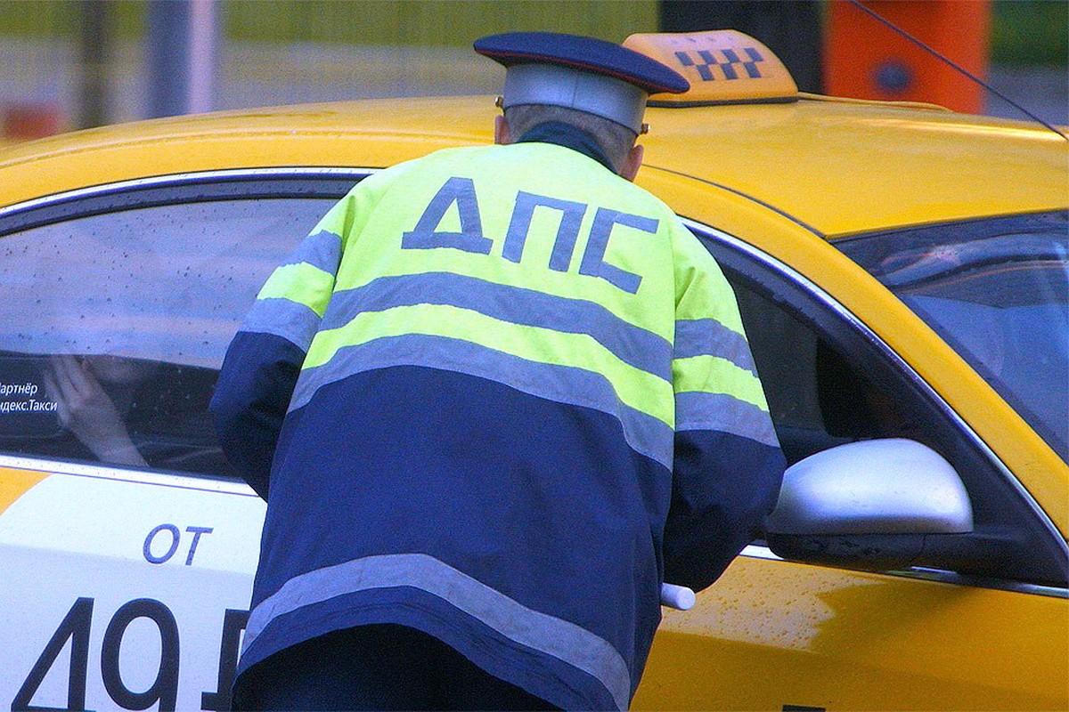 В Твери остановили женщину-водителя с поддельными правами