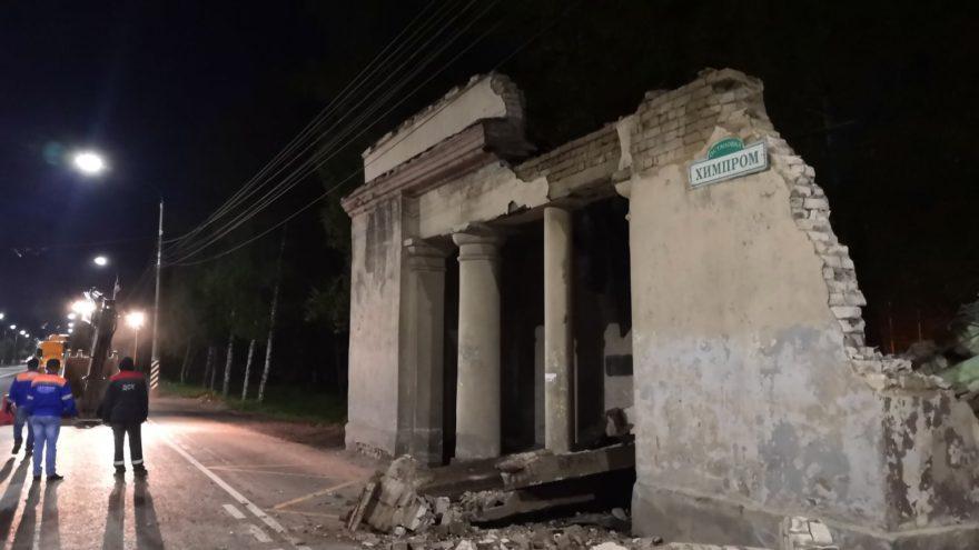 """Опубликовано видео, как в Твери снесли последнюю """"сталинскую"""" остановку"""