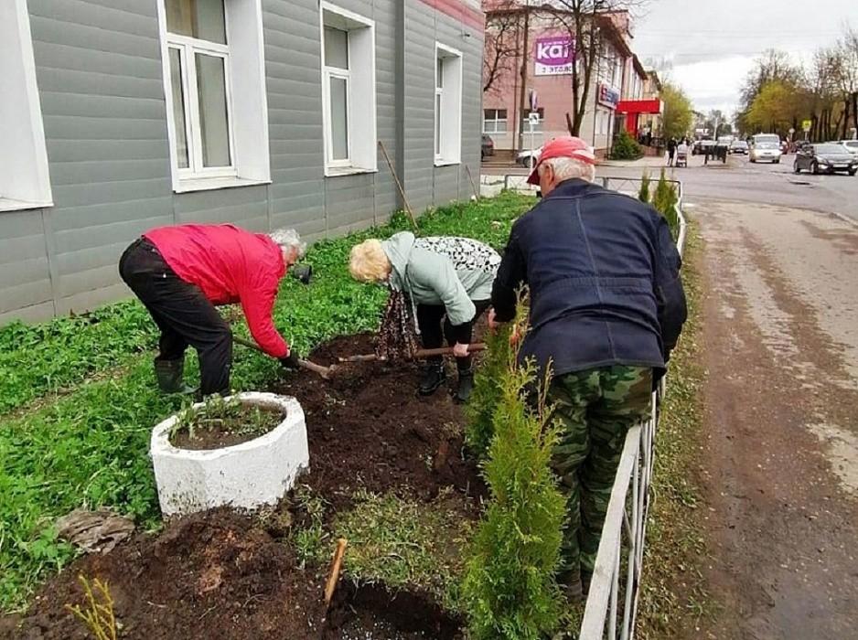 Тверские железнодорожники посадили туи в память о героях