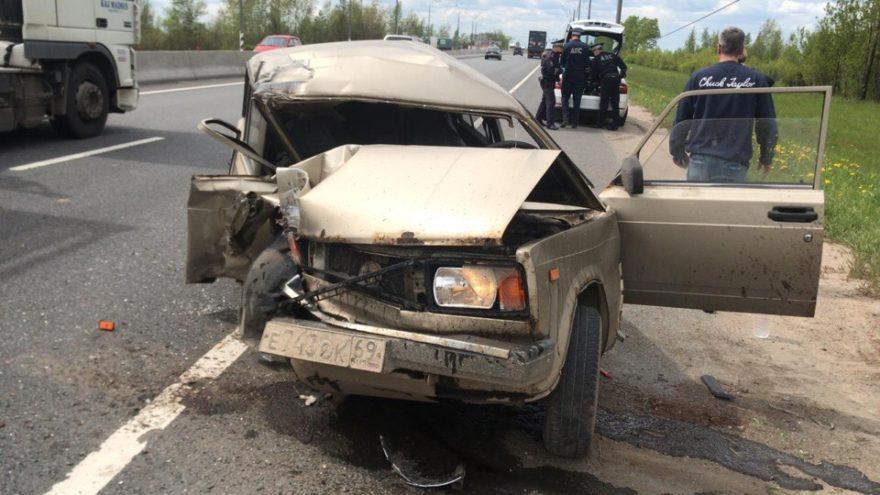 На трассе под Тверью водитель потерял сознание и врезался в столб