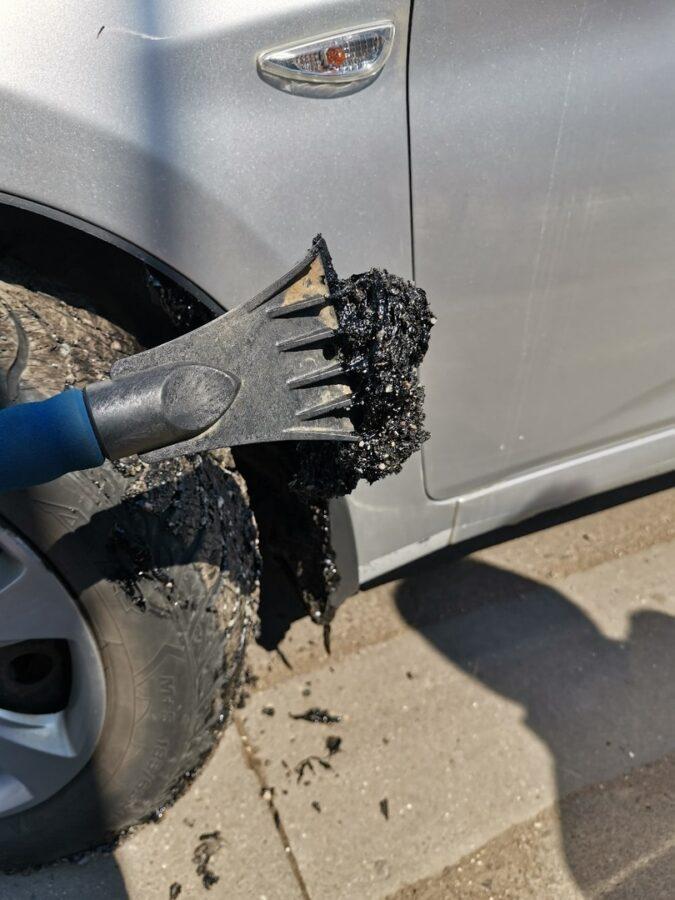 В Тверской области ямы на дорогах залили гудроном