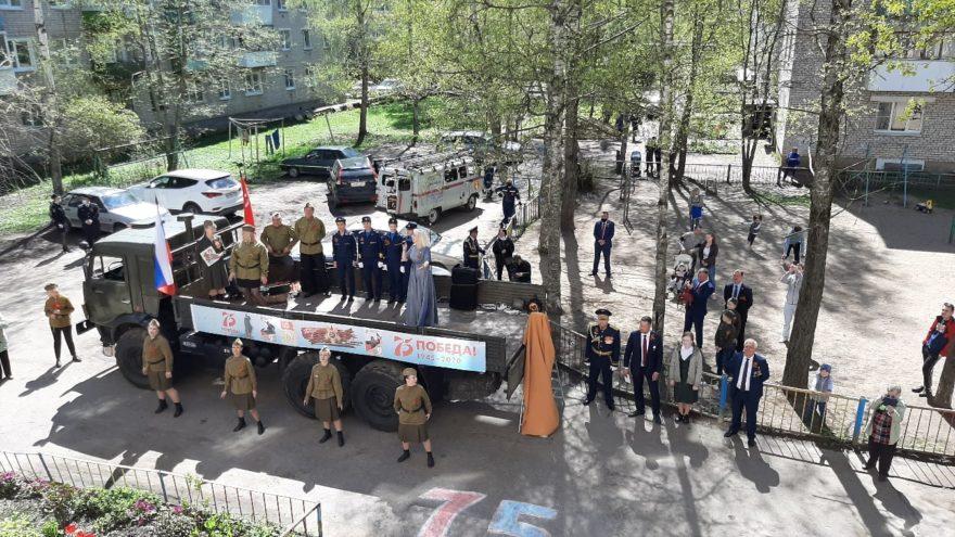 Ветеранов Ржева поздравляли уличными концертами во дворах