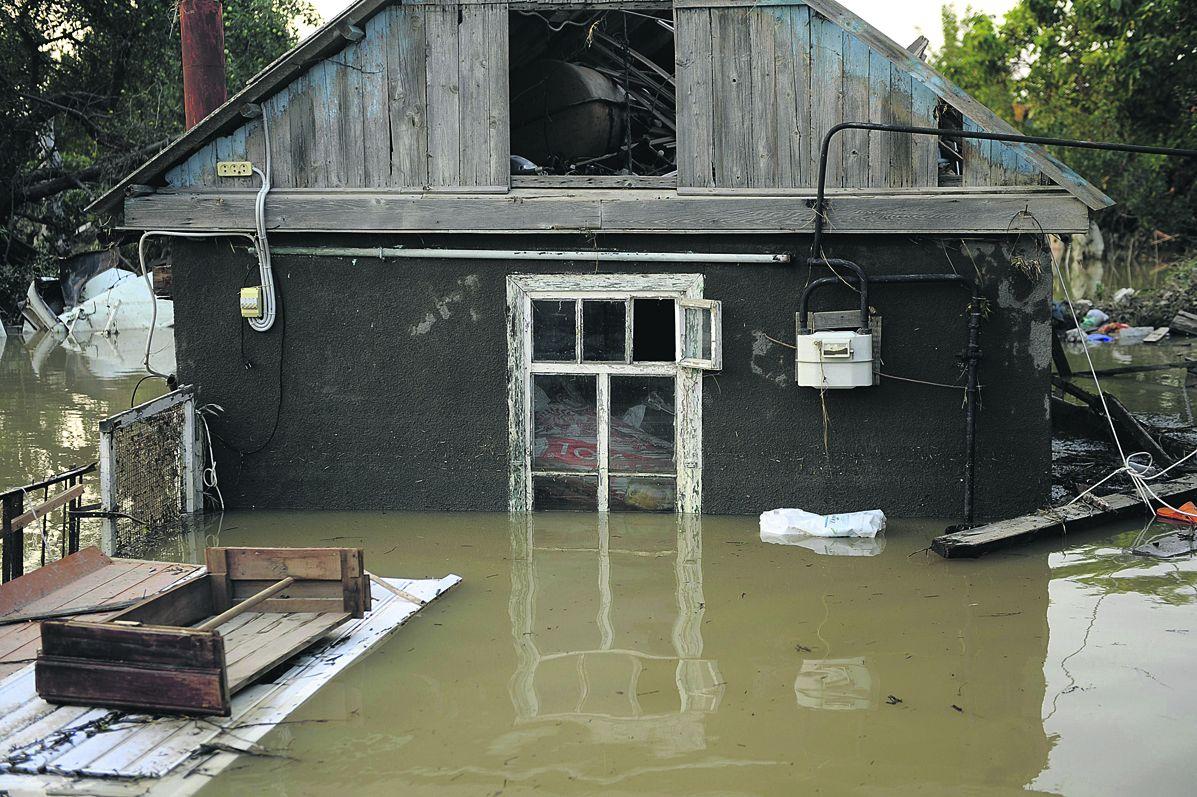 У жительницы Тверской области из-за плохой ливневки плавает дом