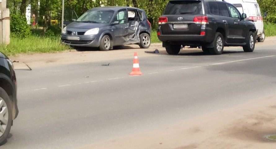 В столкновении двух автомобилей в Тверской области пострадала девушка